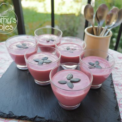 verrine de mousse betterave ricotta sans lactose. Avec leur belle couleur rose, elles égaieront vos buffets et apéritifs dînatoires
