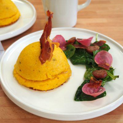 dômes de polenta farcis aux diots et aux épinards biscuits au beaufort et sauce aux betteraves